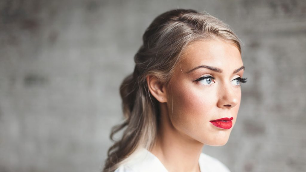 Kobieta z delikatnym makijażem i zadbaną cerą | Salon Urody EUNIKA w Sanoku